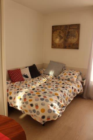 Coin nuit avec lit 2 personnes 140x190cm, matelas neuf, draps neufs.
