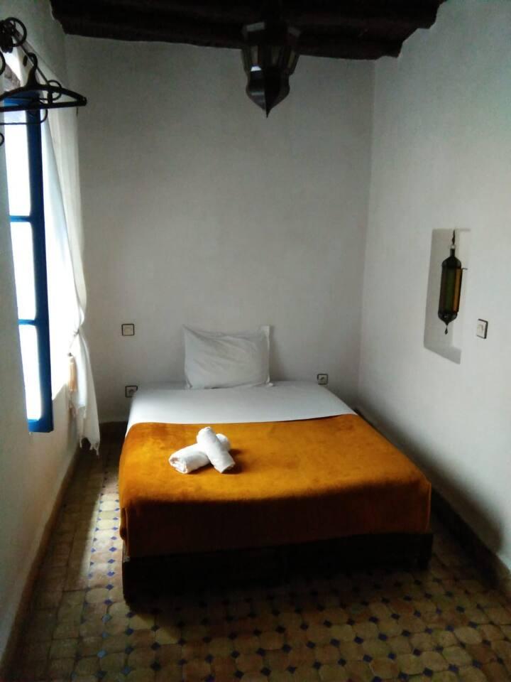 Pequeña habitación básica con baño en La Medina