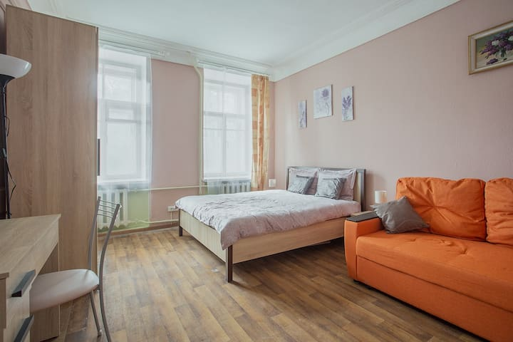Moscow hospitality in city center-Super room for 4