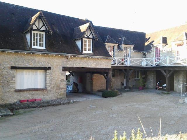 Belle chambre cadre agréable - Fontaine-la-Rivière - Dům