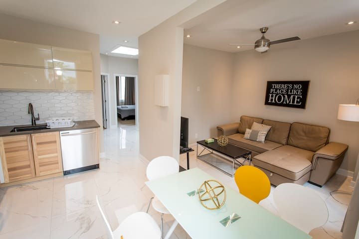 Cozy apartment on the TRENDY! Saint Laurent Blvd