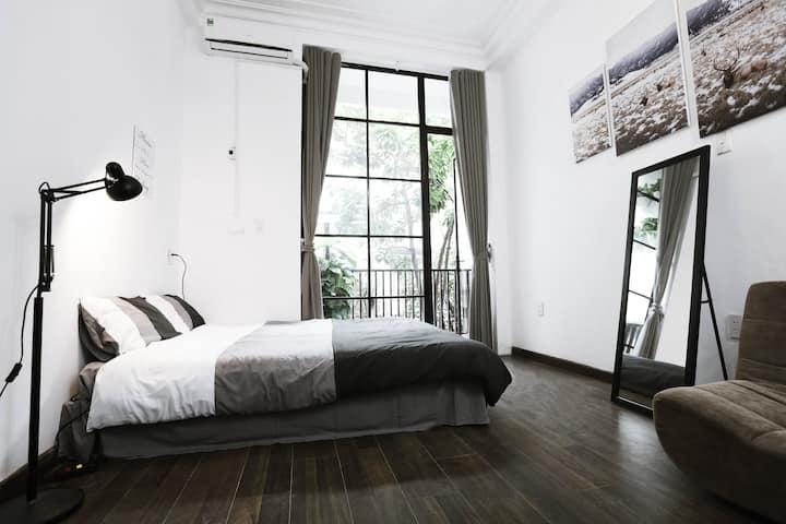 The Eyrie - Cozy studio w Glass Window and Balcony