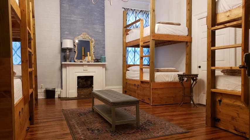 D1B3 Posh Downtown Hostel - Bed in 8 Bed Dorm