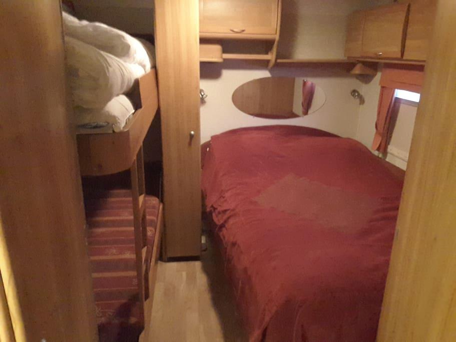 Soverom vogn, forheng mellom køye og dobbelseng i langskapet i bakgrunnen. Mulihet for avdeling ved skapet til venstre også.