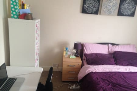 Large double bedroom, lot of storage, near War uni - 考文垂(Coventry) - 独立屋