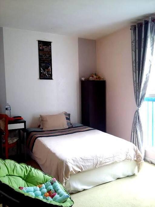 Chambre double avec 1 lit de 120cm , un mini espace  de travail.