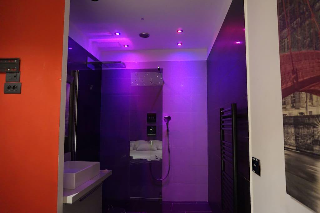 Une salle de bain qui met l'ambiance