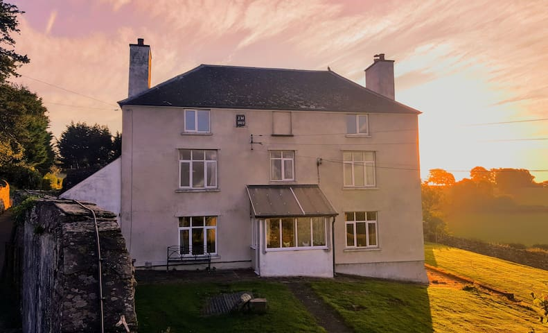 Cosy 4 bed Working Farmhouse with Amazing Views