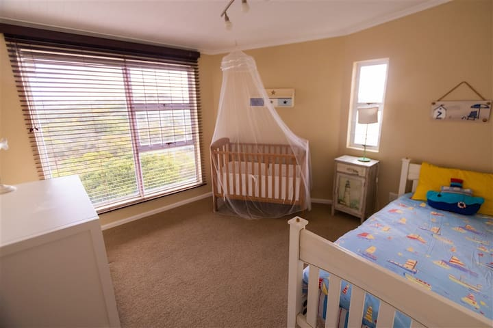 Kid's room 2 with baby cot