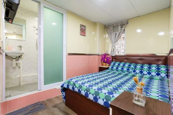 Double Room in Kowloon [7]
