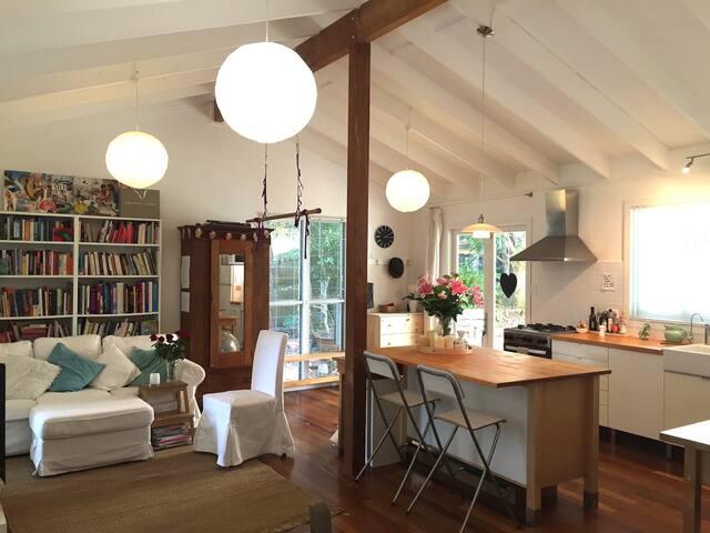 Tropical Treehouse Cottage - Ocean Shores - Hus