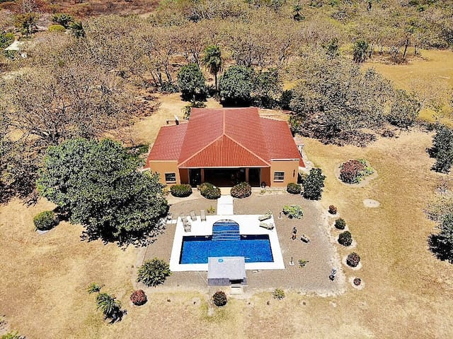 Beautiful farmhouse w/pool, A/C and Wifi!