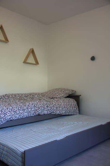2ème chambre avec lit gigogne et grande penderie
