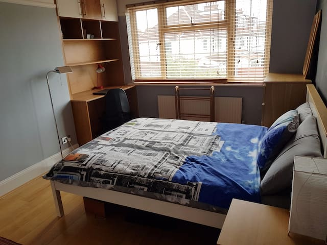 Spacious Private bedroom , Finchley Central tube