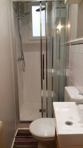 Une salle de bain petite mais fonctionnelle
