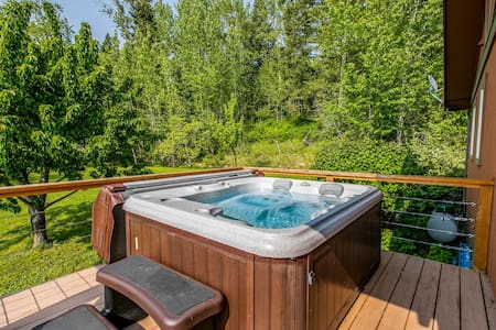 Luxury mountain home w/furnished deck & lake view