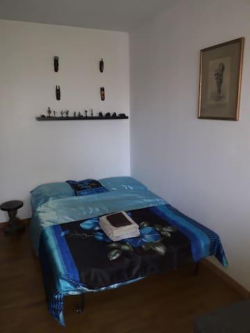 Une chambre conviviale et fonctionnelle