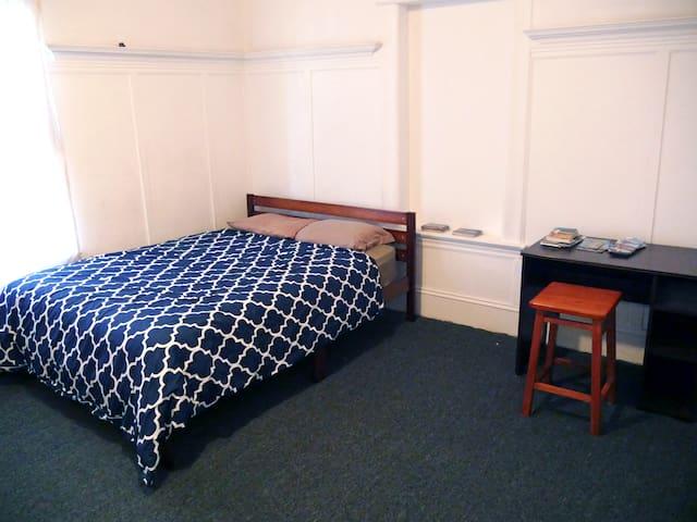 Huge Private Room; 8 min to Dwntwn SF & SFO