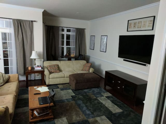 Private room with full bathroom (A) - スタッフォード - 一軒家