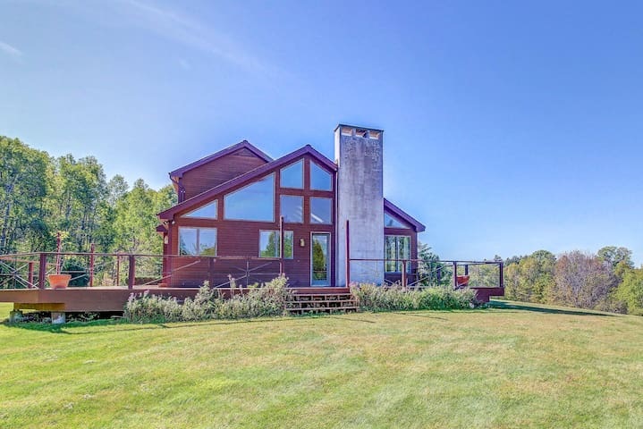 Quiet home with lovely mountain views, near hiking, fishing, and skiing!