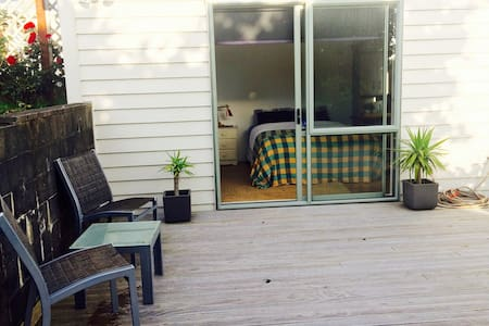 Cosy, private sleep-out by the sea - Porirua