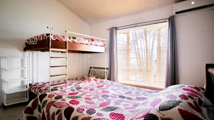 Habitación #2 con cama Queen y dos literas tamaño imperial