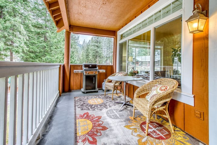 Large townhome on golf course w/ jetted tub & deck - near Lake Wenatchee