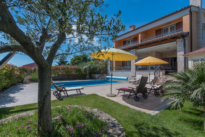VILLA SUPREMA POMER  HOUSE WITH POOL BY THE SEA