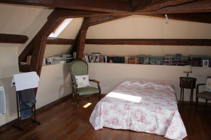 Chambre parentale spacieuse dans laquelle il est possible d'ajouter un lit d'appoint.