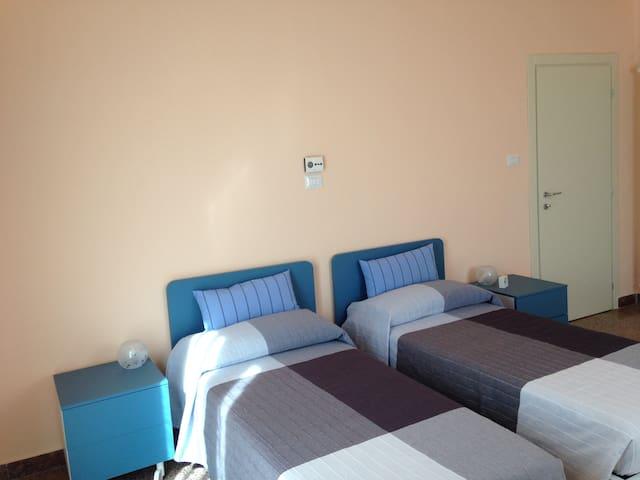 Camera doppia e tripla con bagno in comune esterno - Imola - Ev
