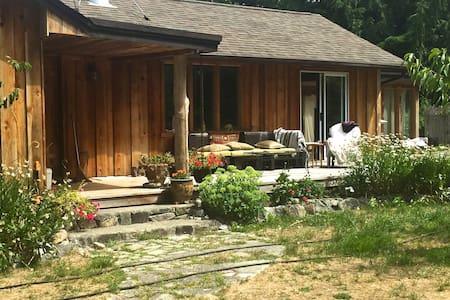 Moonhill  Home & Garden Retreat - Mansons Landing