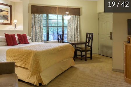 Falls Village condo in central Branson! Sleeps 4!