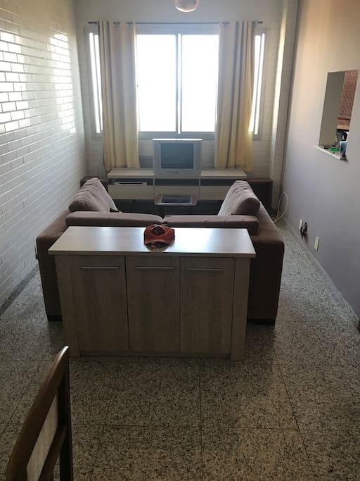 Sala de estar, bem arejada c/ ventilador.