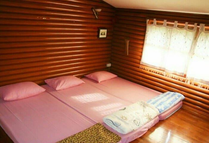 ห้องนอนชั้นบน ปูที่นอนได้ 4 ที่ มีเครื่องปรับอากาศ และห้องน้ำในตัว