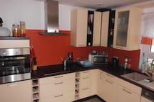 Küche mit Backofen, Ceranfeld und Microwelle