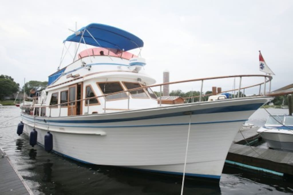 Waterfront houseboat albin 45 39 heated boats for rent for Motor boat rental boston