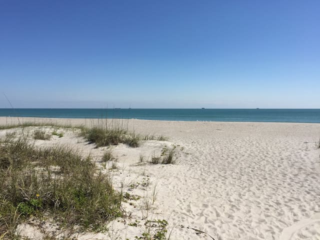 Luxury Studio for 4, short walk to the beach! - Cape Canaveral - Guesthouse