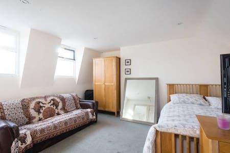 Sunny, quiet, double ensuite room, 2m from tube. - London