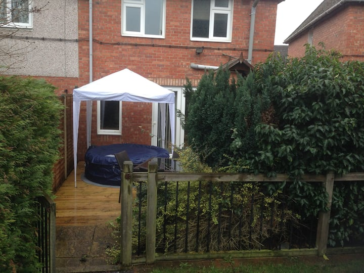 Comfortable house with hot tub in Warwick