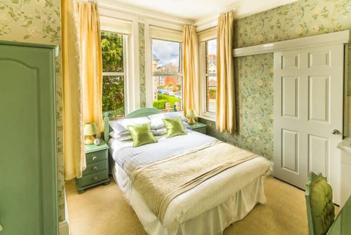 Vintage en-suite double room