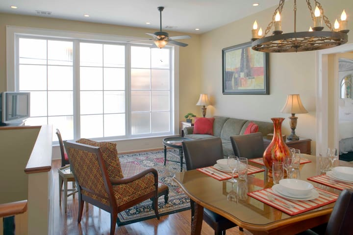 Luxury Living Savannah: Carriage House & Parking