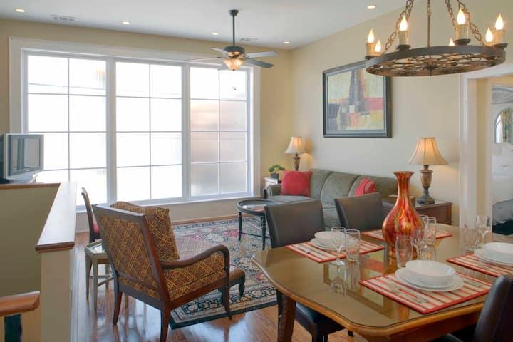 Luxury Living Savannah: Carriage House & Parking