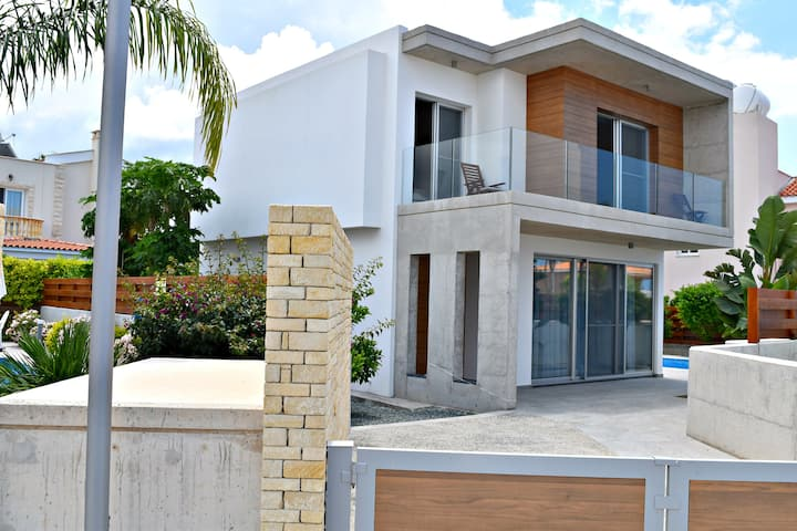 Coral Bay Ultra Modern Villa - 500m to Sandy Beach