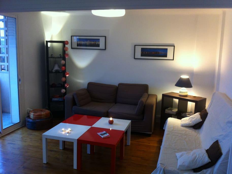 Salon donnant sur balcon avec canapé -lit