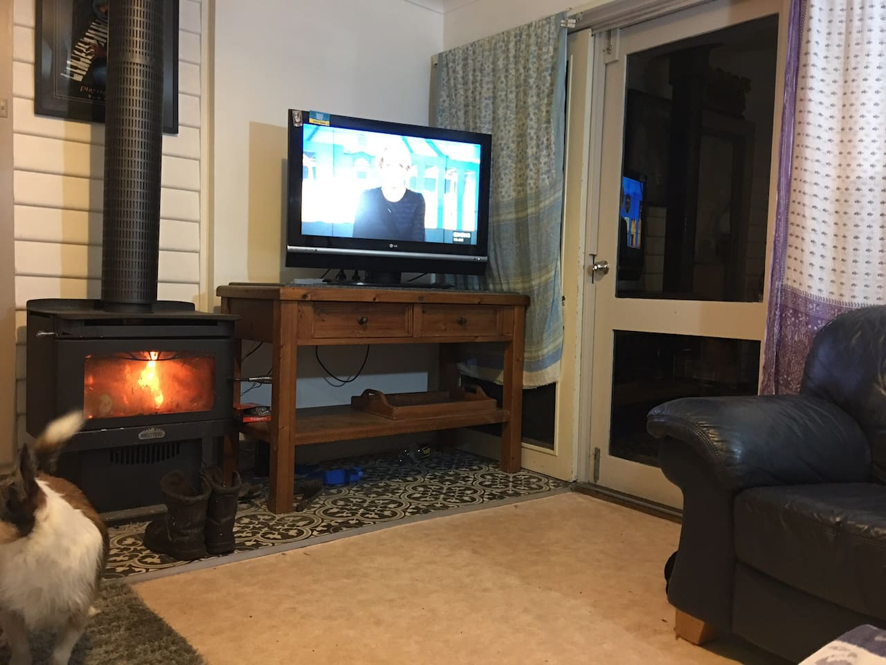 Cozy wood heater, leather sofas, 1x dble bed & 1x single in the studio living room.