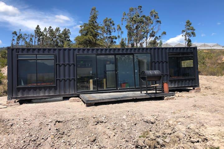 Mini casa en contenedor, naturaleza y aire puro