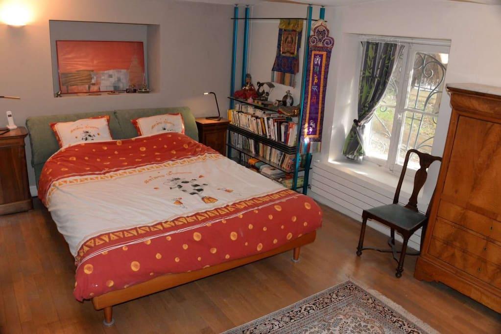 belle chambre calme sur jardin, king bed