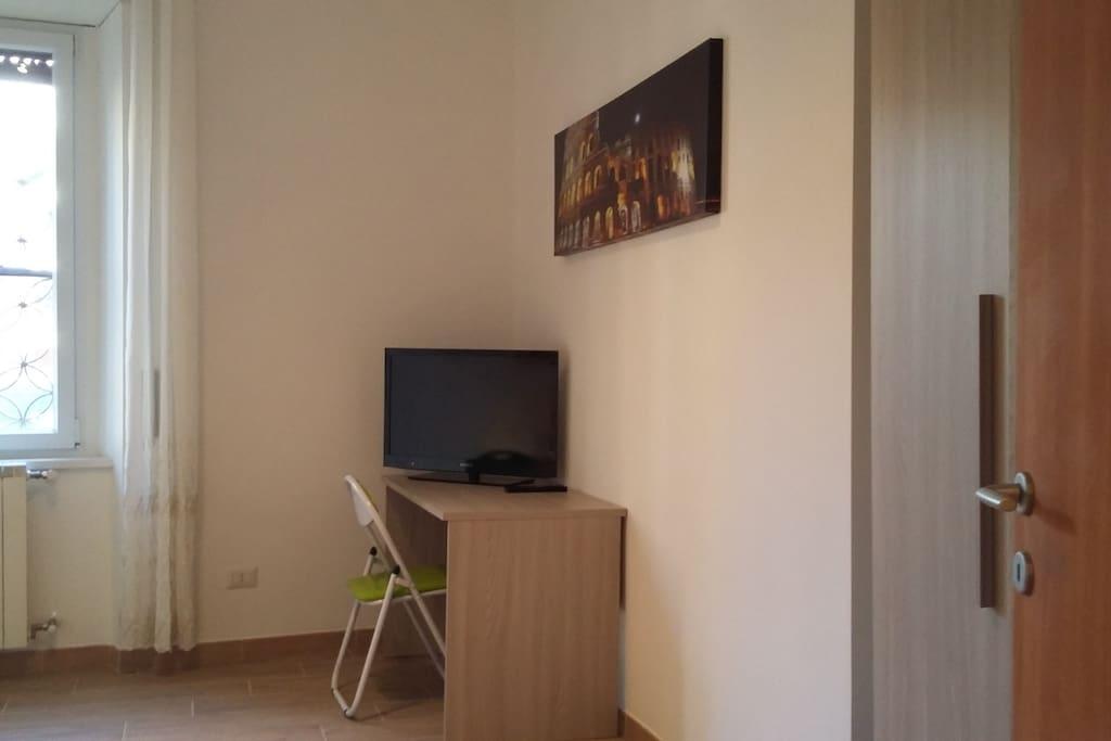 scrivania e tv nel soggiorno
