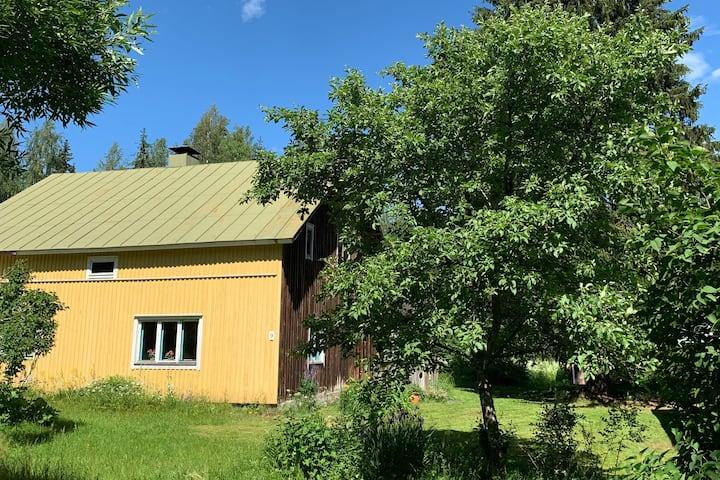 Aito vanha maalaistalo, jossa iso piha ja sauna