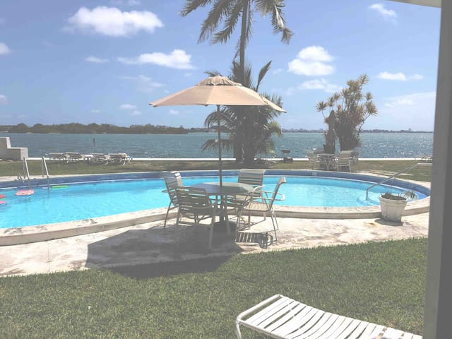 (14) RELAX IN OUR WATERFRONT APT W/ FREE PARKING